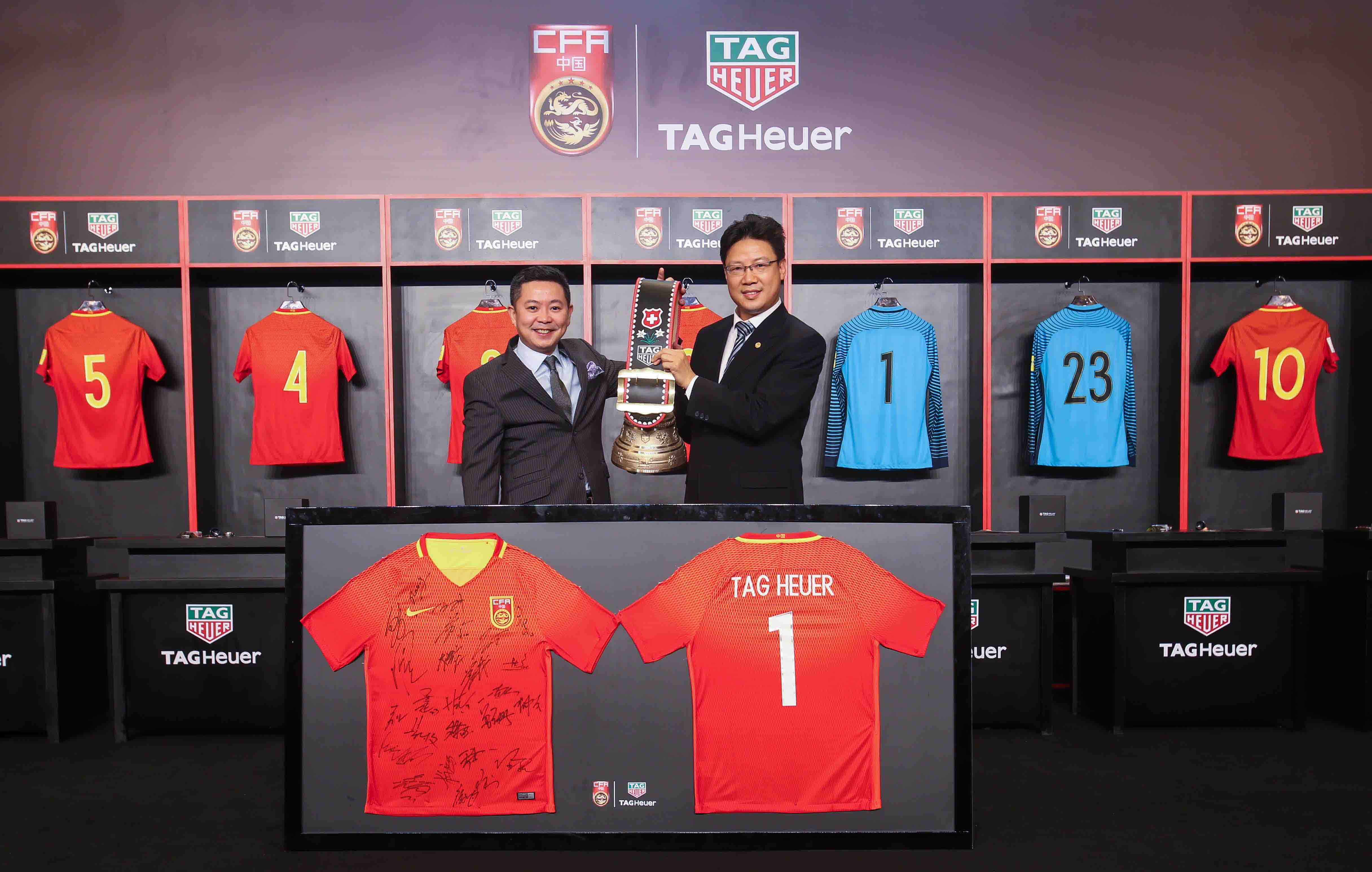 2 Mr Leo Poon TAG Heuer General Manager of Greater China and Mr Lin Xiaohua China Football Association Executive Committee Member exchanging souvenirs