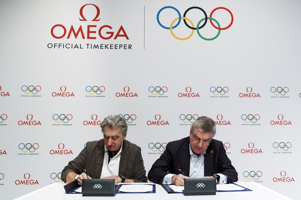 Nick Hayek and Thomas Bach sign the extension agreement that will see Omega partner with the Olympics through to 2032.
