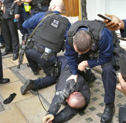 Police detain one of the gang after he was wrestled to the ground by a group of builders and waiters. Picture credit: @JewellersMarket on Twitter.