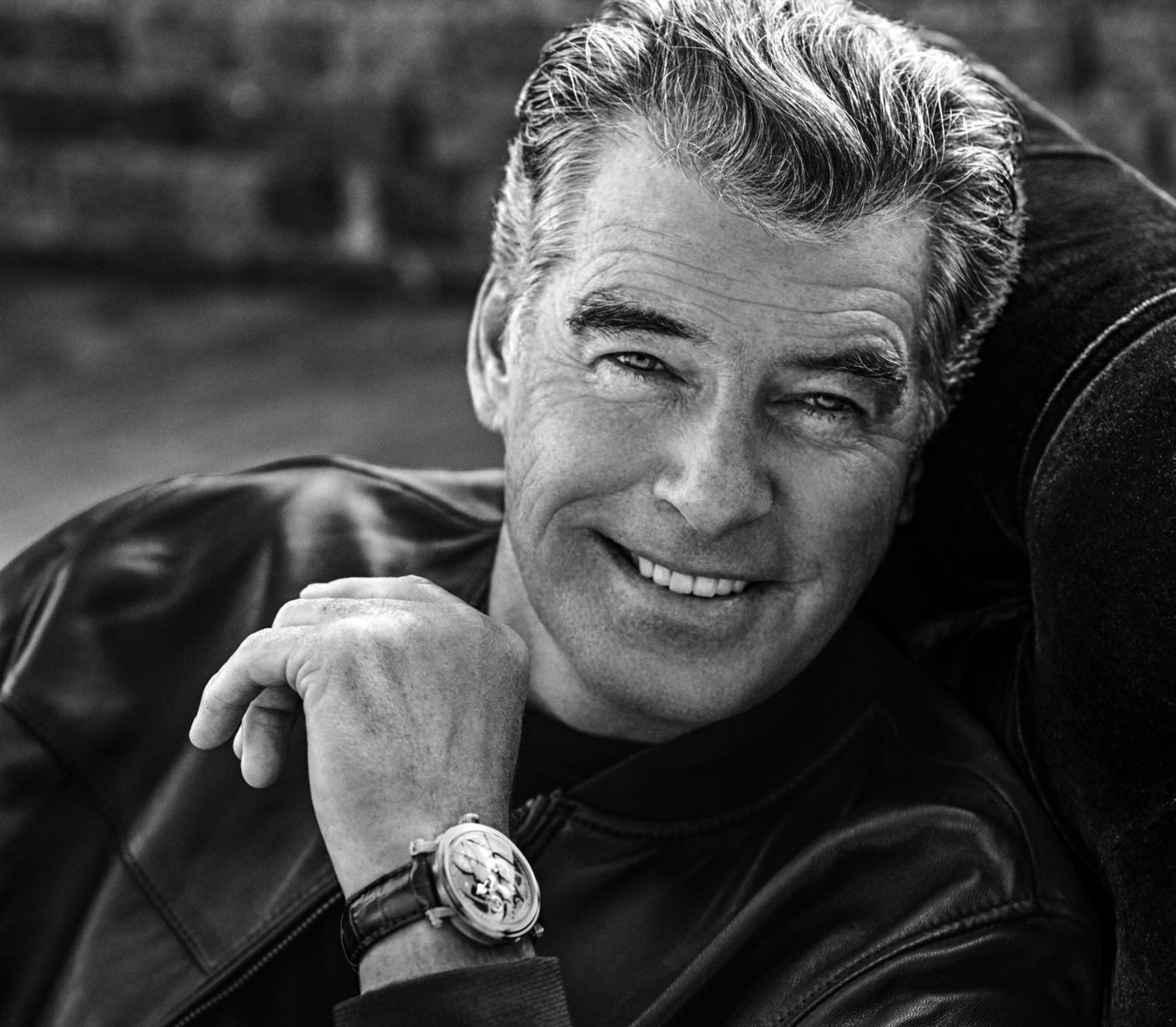 PIERCE_BROSNAN_BW_Sitting_01_HQ