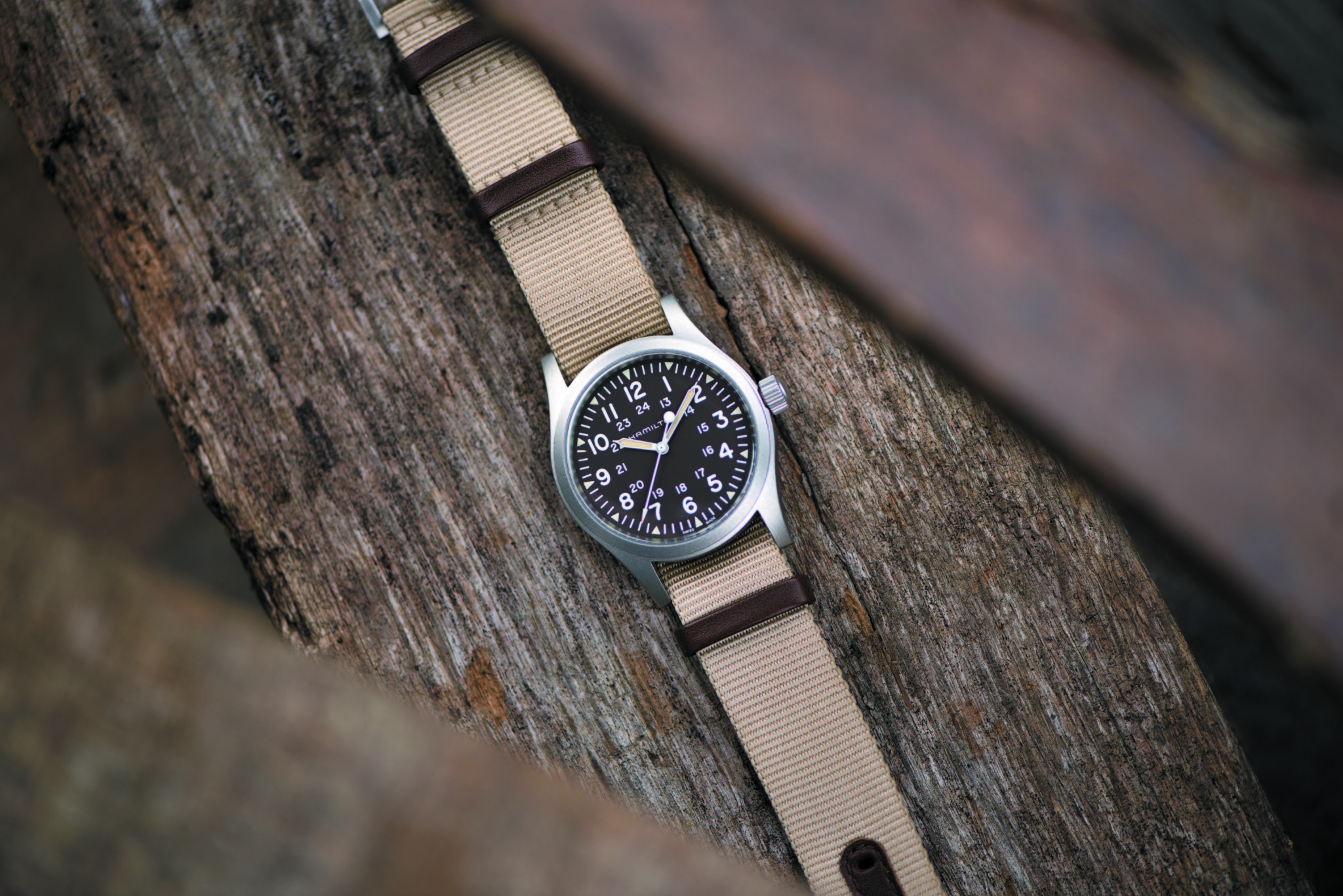 H69429901_Khaki Field Mechanical 38mm_Lifestyle 1 HR